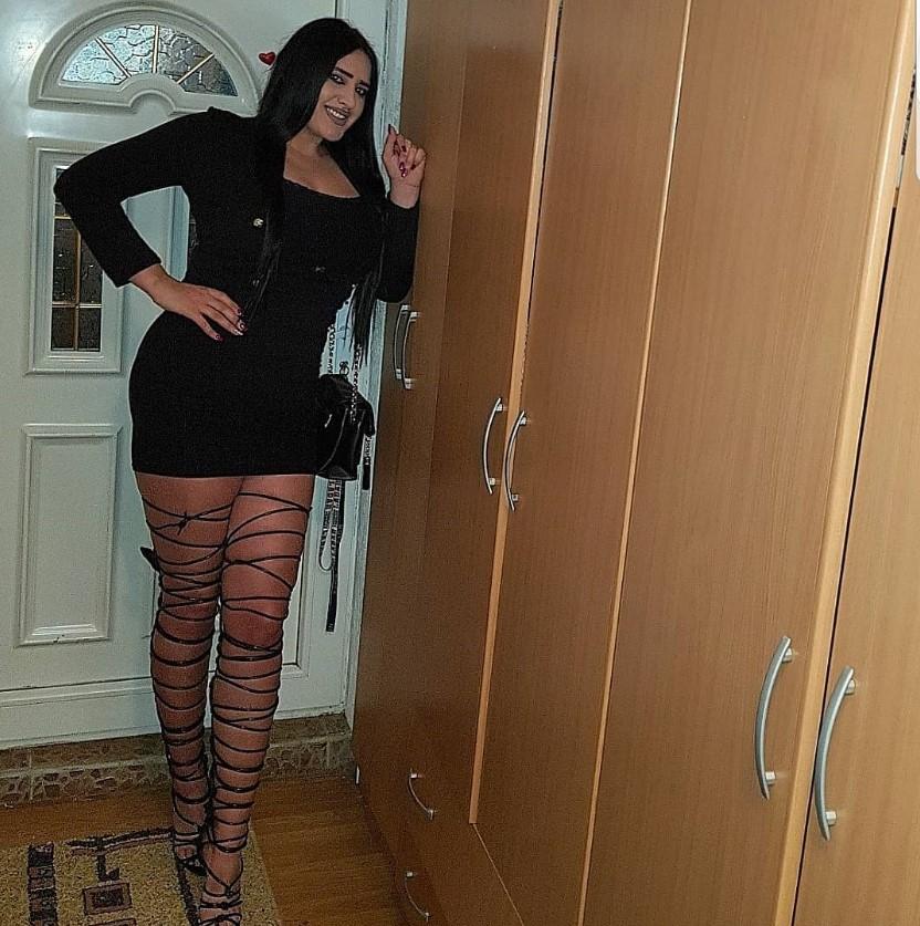 Obožavam uske i kratke haljine sa velikim dekolteima