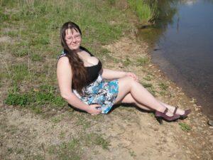 iskrena sisata debeljuca iz sela traži zabavu